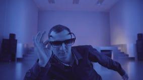 Man i solglasögon som ser någon i en nattklubb lager videofilmer