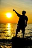 Man i solnedgång Arkivbild