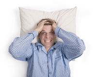Man i stressad säng som oroas eller Royaltyfria Foton