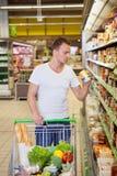 Man i supermarket royaltyfria foton