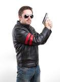 Man i svart läderomslag och solglasögon med vapnet Royaltyfri Foto