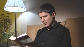 Man i svart läsning en bok 2 skott lager videofilmer