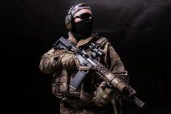 Man i svart maskering med geväret Arkivfoto