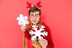 Man i tröja med dekorativa snöflingor Royaltyfria Bilder