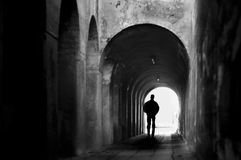 Man i tunnel Arkivbilder