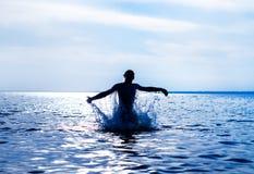 Man i vattnet royaltyfria foton