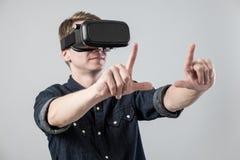 Man i virtuell verklighet royaltyfria foton