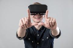 Man i virtuell verklighet fotografering för bildbyråer