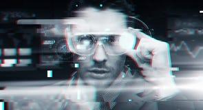 Man i virtuell verklighet eller exponeringsglas 3d med tekniskt fel Fotografering för Bildbyråer