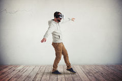 Man i virtuell verklighetexponeringsglas som försiktigt kliver Arkivfoton