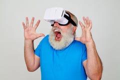Man i virtuell verklighetexponeringsglas som skrämmas av bilden 3D som han ser Arkivfoto
