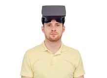 Man i virtuell verklighethörlurar med mikrofon eller exponeringsglas 3d Royaltyfri Bild