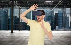 Man i virtuell verklighethörlurar med mikrofon eller exponeringsglas 3d Royaltyfri Foto