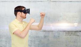 Man i virtuell verklighethörlurar med mikrofon eller exponeringsglas 3d Royaltyfri Fotografi