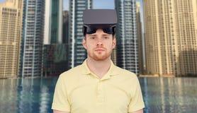 Man i virtuell verklighethörlurar med mikrofon eller exponeringsglas 3d Arkivbild