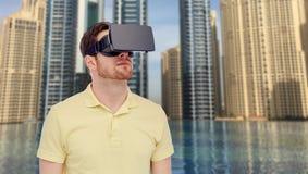 Man i virtuell verklighethörlurar med mikrofon eller exponeringsglas 3d Royaltyfria Bilder