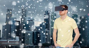 Man i virtuell verklighethörlurar med mikrofon eller exponeringsglas 3d Arkivfoton