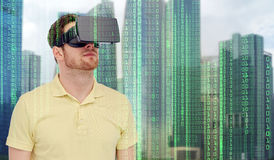 Man i virtuell verklighethörlurar med mikrofon eller exponeringsglas 3d Arkivbilder