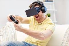 Man i virtuell verklighethörlurar med mikrofon med kontrollanten Arkivfoton