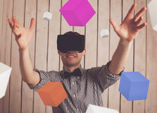 Man i VR-exponeringsglas arkivbild