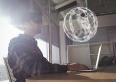 Man i VR-hörlurar med mikrofon som ser en manöverenhet för sfär 3D Royaltyfria Foton