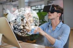 Man i VR-hörlurar med mikrofon som trycker på en manöverenhet för sfär 3D Arkivbild