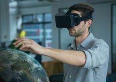 Man i VR-hörlurar med mikrofon som trycker på en planet 3D Arkivfoton