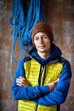 Man idrottsman nen i en sportswear som förbereder sig att klättra en vagga, utbildning, royaltyfri fotografi