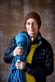 Man idrottsman nen i en sportswear som förbereder sig att klättra en vagga, utbildning, royaltyfri foto