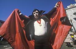 Man iklädda Mardi Gras Dracula Costume, New Orleans, Louisiana Fotografering för Bildbyråer