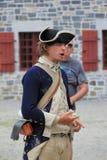 Man iklädda soldatens likformig som utbildar besökare på liv under 1776, fortet Ticonderoga, New York, 2014 Royaltyfria Bilder