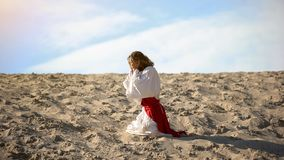 Free Man In Robe Repenting For Sins, Praying To God In Desert, Pangs Of Conscience Stock Photos - 158965993