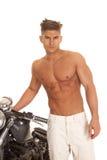 Man ingen skjortaställning med den mycket allvarliga motorcykeln Royaltyfria Bilder