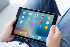 Man innehavet i grå färgerna för utrymme för ny iPad för handen de pro- Royaltyfri Fotografi