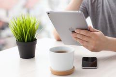 Man innehavet i grå färgerna för utrymme för ny iPad för handen de pro- Arkivbild