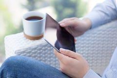 Man innehavet i handen en pro-utrymmegrå färg för ny iPad Royaltyfria Foton