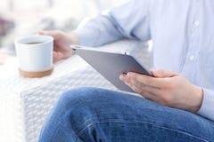 Man innehavet i handen en pro-utrymmegrå färg för ny iPad Royaltyfri Fotografi