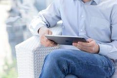 Man innehavet i handen en pro-utrymmegrå färg för ny iPad Royaltyfri Bild