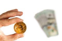 Man innehavet räcker en guld- stång och myntar in Bitcoin på vit bakgrund Val av investeringen, en ny världsordning, utbytet och  Royaltyfria Bilder