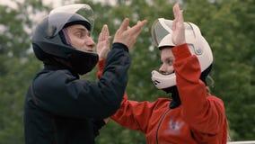 Man instruktören som instruerar kvinnaskydiveren för flyg in i vindtunnelen royaltyfria bilder