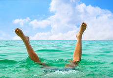 Man jumping in ocean Royalty Free Stock Photos