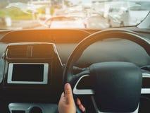 Man körning av bilen från bakre sikt på huvudvägen Händer för chaufför` s på styrninghjulet inom av en bil arkivbild