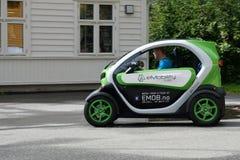 Man körning av den mycket lilla ecobilen turnerar på i Flam Arkivbild
