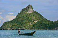 Man körning av longtailfartyget på Ang Thong National Marine Park, Thailand Royaltyfri Bild