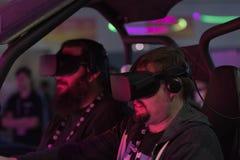 Man körning i virtuell verklighet som bär den futuristiska VR-hörlurar med mikrofon arkivfoton