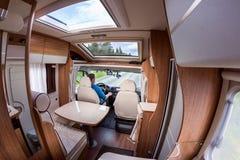 Man körning på en väg i campareskåpbilen Royaltyfri Bild