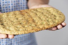 Man with a kale flatbread in his hands Royalty Free Stock Photos