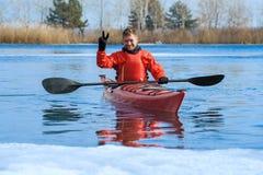 Man kayaking på en röd kajak på utfärder i natur 02 Arkivbild