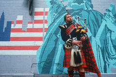 Man in kilt playing bagpipes i Royalty Free Stock Photography