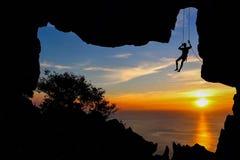 Man klättringen i grottan på berget Royaltyfria Foton